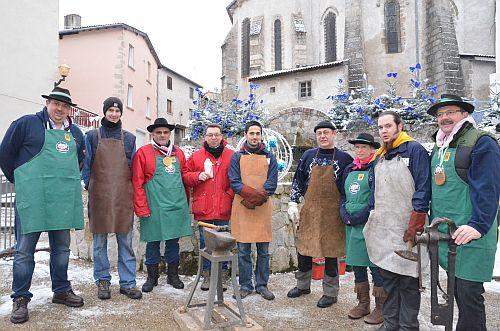 Les Compagnons forgerons en compagnie de membres de la Confrérie de la Saucisse de Choux d'Arconsat